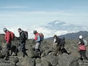 Фото из тура в Танзанию в 2009 году. Группа на маршруте по плато Шира. На заднем плане гора Меру.
