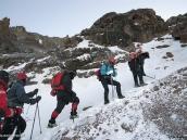 Фото из тура в Танзанию в 2009 году. В скользких местах гид рубил во льду ступени ледорубом.