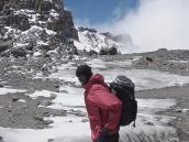Фото из тура в Танзанию в 2009 году. Дно кратера Килиманджаро плоское.