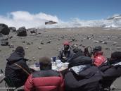 Фото из тура в Танзанию в 2009 году. Экзотический ланч: стол накрыт в кратере Килиманджаро.