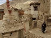 Фото из тура в Индию в 2005 году. Как и Метеоры в Греции, Ламаюри выстроен на крутом утесе. В древности монахи поднимались и спускались оттуда по веревкам.