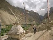 Фото из тура в Индию в 2005 году. Чортен в Гималаях на подходе к деревне Ванла.