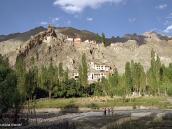 Фото из тура в Индию в 2005 году. В конце первого дня треккинга лагерь расположен рядом с древним монастырем в сердце Гималаев.