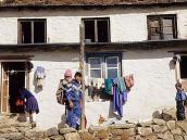 Фото из тура в Непал в 2004 году. Уличная сценка в Намче-Базаре.
