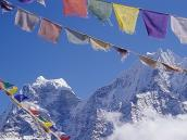 Фото из тура в Непал в 2004 году. Монг: молитвенные флажки на фоне Кантега и Тамсерку.