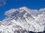Фото из тура в Непал в 2004 году. Эверест повернут к нам юго-западным гребнем, по которому проходит граница Непала и Тибета. Справа Юго-Западная Стена, по которой поднимались советские альпинисты в 1982 г. Слева - Сев. Стена, по центру которой впервые поднялись россияне в 2004 г.