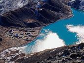 Фото из тура в Непал в 2004 году. Вид с вершины Гокио-Ри на одноименное озеро и деревню.