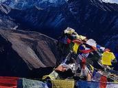 Фото из тура в Непал в 2004 году. Эверест виден сквозь флажки на вершине Гокио-ри.
