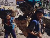 Фото из тура в Непал в 2004 году. Шерпы носят конические корзины на лямке, перекинутой через лоб.