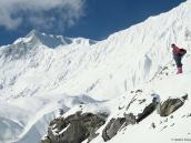 Фото из тура в Непал в 2011 году. Старший проводник Каджи на фоне снежного хребта Большой Барьер и скальной вершины Рок-Нуар, настолько крутой, что снег на ней уже не держится
