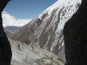 Фото из тура в Непал в 2011 году. Вид из сквозной пещеры на тропу к Тиличо вниз по долине