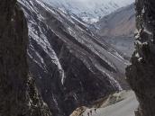 Фото из тура в Непал в 2011 году. Вид из сквозной пещеры на тропу к Тиличо вверх по долине