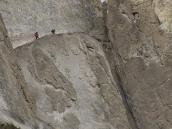 Фото из тура в Непал в 2011 году. Тропа к Тиличо местами тянется по узким полкам над отвесными обрывами.