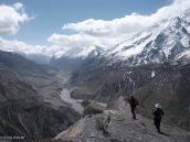 Фото из тура в Непал в 2011 году. На слиянии Марсиангди и Торунг Колы. Вдали у реки – Мананг. Справа уходит за границы кадра Гангапурна (7454 м).