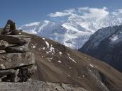 Фото из тура в Непал в 2011 году. Над селением Як Кхарка (непал. Пастбище яков). Справа внизу долина Торунг-Колы, снежная вершина посередине – Гангапурна (7454 м)