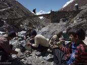 Фото из тура в Непал в 2011 году. Портеры готовят перекус возле моста через Коне-Колу