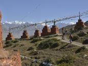 Фото из тура в Непал в 2012 году. Пространство возле Ло-Гекара украшено рядами чортенов, в которых, возможно, замурованы древние реликвии и мощи выдающихся ринпоче, учителей буддизма.