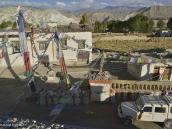 Фото из тура в Непал в 2012 году. Ло-Мантанг представляет собой большой правильный прямо-угольник со сторонами около 300 на 150 метров. Один угол, там, где находится дворцовая канцелярия, как бы отгрызан. В городе насчитывается 120 домов, склеившихся друг с другом. Можно было бы обойти кругом, переступая с крыши на крышу, если бы их не окаймляли стены террас.
