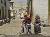 Фото из тура в Непал в 2012 году. В Ло-Мантанге живет около двадцати семейств племени гара; хотя они и принадлежат к тибетской этнической группе, к ним относятся с презрением. Дело в том, что гара из поколения в поколение — кузнецы, а это занятие считается «нечистым». Подобный остракизм особенно удивителен, потому что в Мустанге нет кастовой системы и все общественные группы сосуществуют на более или менее демократической основе. Но гара запрещено селиться в черте города. Их дома стоят возле глубокого овраг