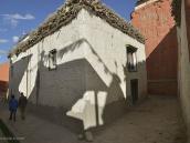 Фото из тура в Непал в 2012 году. Блуждая с карандашом и картоном по уличкам Ло-Мантанга, я вскоре стал местной достопримечательностью. Первое время за мной ходила толпа, заглядывая через плечо в «рисунок». В конце концов план начал принимать законченные очертания.