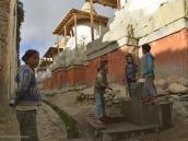Фото из тура в Непал в 2012 году. Еще один обычай призван оживить хозяйственную деятельность: когда старший сын женится, он берет в свои руки бразды правления в доме, а отец «уходит на пенсию». Таким образом, детям не приходится ждать смерти родителей, чтобы начать самостоятельную жизнь Молодые люди в расцвете сил включаются в руководство делами. Пожилые окружены любовью, к их слову прислушиваются, их советы ценят. В свете сказанного не будет преувеличением утверждать, что в Мустанге будущее за молодежью.
