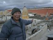 Фото из тура в Непал в 2012 году. Как и большинство тибетцев, он был убежден, что Земля плоская и имеет форму полукружия, обращенного диаметром на север. Полукруг зовется Южным миром и окружен со всех сторон океаном, в котором плавают острова. Те, кому доводилось слышать о таких странах, как Англия и Америка, уверены, что это небольшие острова. Центр мира — Лхаса, расположенная точно в центре диаметра полукружия.