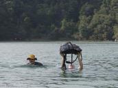 """Фото из тура в Новую Зеландию в 2010 году. """"Нам море по колено..."""" Переправа вброд на тропе Абель Тасман. Новая Зеландия."""