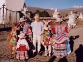 Фото из тура в Перу в 2004 году. Фото с жителями Колки вцветастых нарядах с ламами и кондорами.