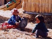 Фото из тура в Перу в 2004 году. Для маленьких детей на плавучих тростниковых островах действует начальная школа.