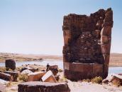 Фото из тура в Перу в 2004 году. В развалинах сооружений Силлустани видна внутренняя погребальная камера.