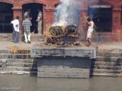 Фото из тура Непал-Тибет в 2004 году. Кремация на набережной священной реки Багмати в индуистском храме Пашупатинадх в Катманду.