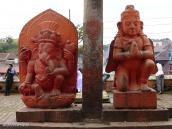 Фото из тура Непал-Тибет в 2004 году. Скульптуры Ганеши и Гаруды напротив храма Пашупатинадх в Катманду.