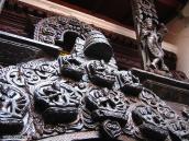 Фото из тура Непал-Тибет в 2004 году. Резные наличники характерны для архитектурного убранства древнего Катманду