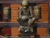 """Фото из тура Непал-Тибет в 2004 году. Фигурка обезьяны и молитвенные колеса у """"Обезъянего"""" храма Сваямбунатх."""