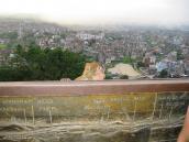 Фото из тура Непал-Тибет в 2004 году. Обезьяна выглядывает из-за ограды Сваямбунадха на фоне панорамы Катманду