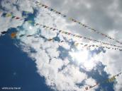 Фото из тура Непал-Тибет в 2004 году. Молитвенные флажки пяти цветов трепещут на ветру, отправляя молитвы к Богу.