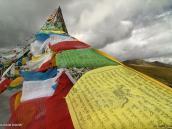 Фото из тура на Тибет в 2008 году. Молитвенные флаги на перевале у озера Ямдрок-тсо по дороге из Лхасы в Гьянтзе.