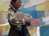 Фото из тура на Тибет в 2008 году. Тибетская девушка на фоне молитвенных флажков на перевале по дороге из Лхасы в Гьянтзе.