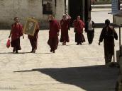 Фото из тура на Тибет в 2008 году. Вход в монастырь Ташилумпо в Шигадзе. Монахи несут портрет канонизированного панчен-ламы.