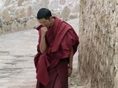 Фото из тура на Тибет в 2008 году. Монах перед пуджей в монастыре Дрепунг