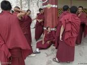 Фото из тура на Тибет в 2008 году. Монахи делятся впечатлениями после пуджи в монастыре Дрепунг в Лхасе.