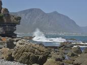 Фото из тура в ЮАР в 2013 году. Из-за мощного прибоя и камней люди купаются и загорают в прибрежных бассейнах, отгороженных от моря низкими стенками вровень с водой.