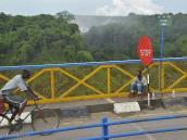 Фото из тура в ЮАР в 2013 году. Сушимся на мосту через Замбези. Но вообще-то, помочиться желательно до того, как на него вышел. Потому что он немножечко раскачивается...