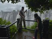 """Фото из тура в ЮАР в 2013 году. Прямо напротив """"Водяного Грома"""". В воздухе во все стороны носятся капли воды, так что не понятно, где кончается водопад, и начинается дождь. Падающая вода захватывает с собой воздух, который потом вырывается шквалами кверху, подбрасывая с собой брызги. Поэтому зонтик бесполезен. Стихия!"""