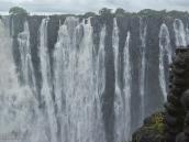 Фото из тура в ЮАР в 2013 году. Время от времени с обрыва вместе с водой падают слишком смелые крокодилы. Если они длиннее 1,5 метров, то они разбиваются, а если короче, то плывут дальше, как пластиковые игрушки. Если же рост крокодила ровно 1,5 метра, то всё может получиться по-разному...