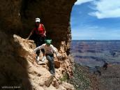 Фото из тура в США в мае-июне 2010 года. Тропа временами проходит над крутыми обрывами, Гранд Каньон, Аризона.