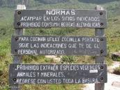 Фото из тура в Венесуэлу в феврале-марте 2012. Данная надпись встречает всех входящих в базовый лагерь у подножия Рораймы. Под угрозой огромного штрафа запрещается уносить растения, животных и образцы горной породы. Каждая экспедиция обязана спустить весь мусор, в том числе продукты человеческой жизнедеятельности с собой вниз. На горе запрещается использовать мыло или шампунь, а также другие моющие средства дабы не нарушить биологическое равновесие.