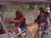 Местные жители на подвесной переправе