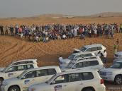 Группа инсентив-тура рядом с джипами в пустыне
