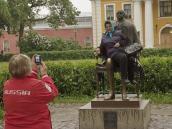 Теперь здесь стоит заборчик против бабушек. Памятник Петру I работы Михаила Шемякина. СПб за 24 часа.